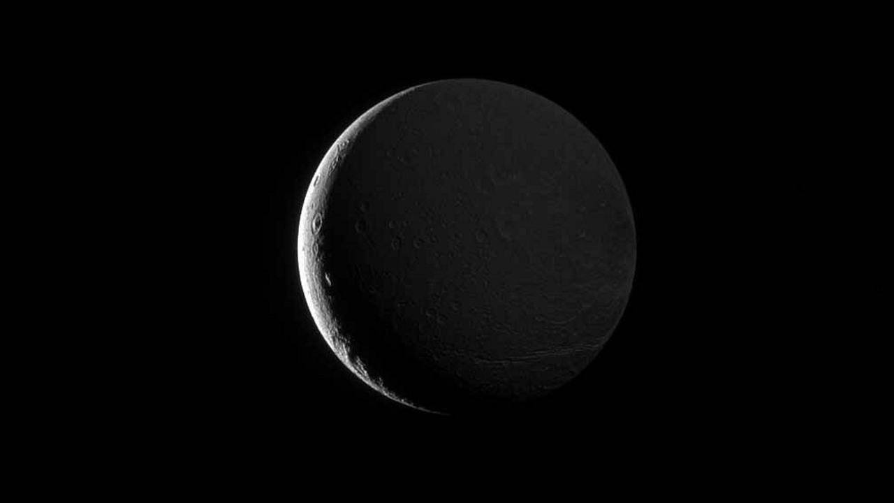 Свет отражённый от Сатурна озаряет Диону
