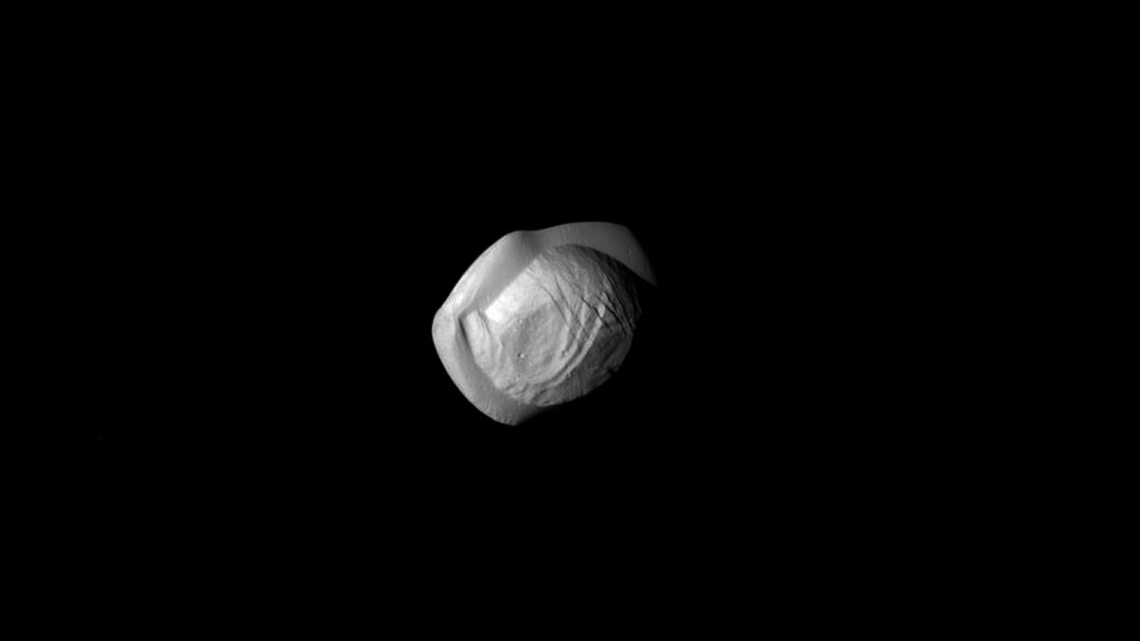 Кассини запечатлел спутник Сатурна обладающий довольно необычной формой