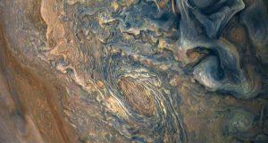 Синий бархат: облачные вершины Юпитера глазами Юноны